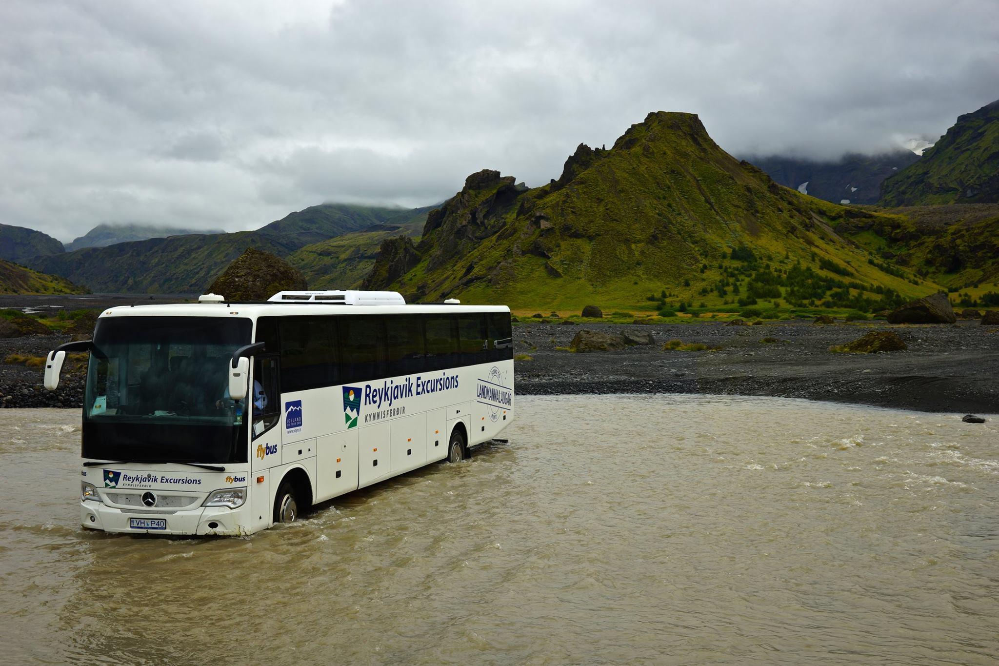 Un bus Reykjavik Excursions en plein passage de gué... - Page Reykjavik Excursions